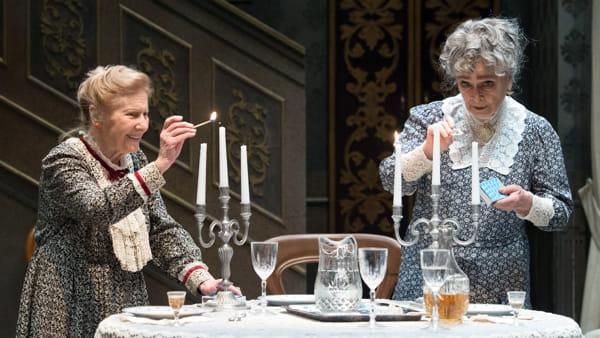 """Teatro: al Coccia Anna Maria Guarnieri e Giulia Lazzarini in """"Arsenico e vecchi merletti"""""""