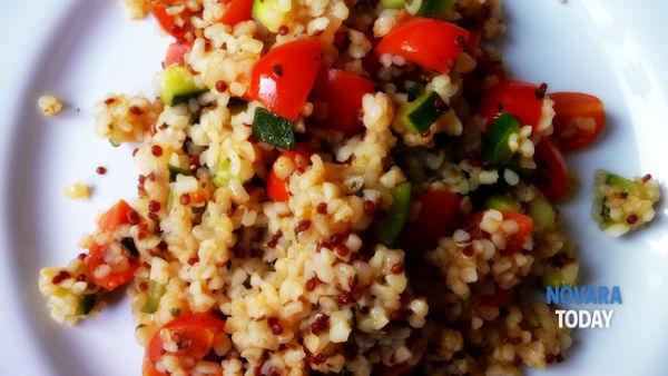 Bulgur e quinoa con pomodorini, zucchine e basilico