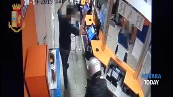 Presi i rapinatori del punto Snai a Novara: il video della rapina e gli arresti