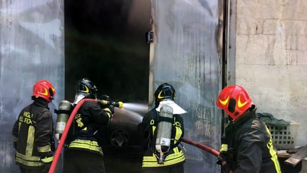 incendio fiamme rogo capannone vigili del fuoco (2)